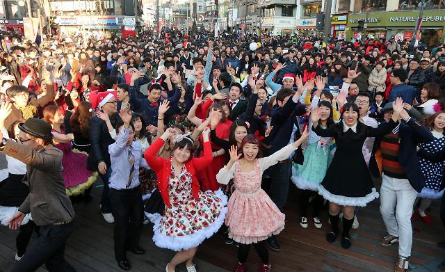 首尔街头闪现圣诞情侣舞