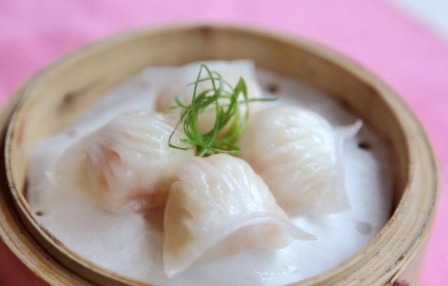 据澎湃新闻报道,美国CNN网站9日刊文称,抛开愤世嫉俗的评论,会发现中国在很多方面做得都是最好的,比如下面的十个方面。 猪肉 中国是首个养猪的国家,可以说中国肯定知道如何让猪肉吃起来更美味。根据美国国家猪肉委员会,中国驯养野猪可以追溯到公元前4900年。如今,中国已是世界领先的猪肉生产国和消费国,在食用猪肉方面也独领风骚。 在中国有两种烹饪顶级美味猪肉做法,即东坡肉和叉烧,前者色泽红亮,炖熟的五花肉入口即化,后者熏肉烤得软嫩,酸甜可口。两道菜做起来耗时且工艺复杂,然而正因为如此才极其美味。 我们喜欢也尊重