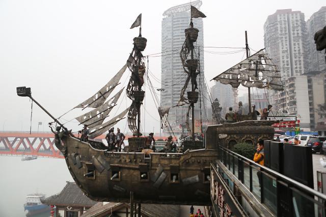 """《加勒比海盗》中的海盗船雕塑格外的吸引游客们的目光,惟妙惟肖的"""""""