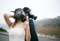 [영상중국]지독한 스모그에 방독면 결혼식 까지 등장