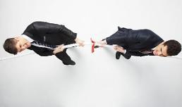 임금올려 압박 vs 임금동결 버티기… 이유는?