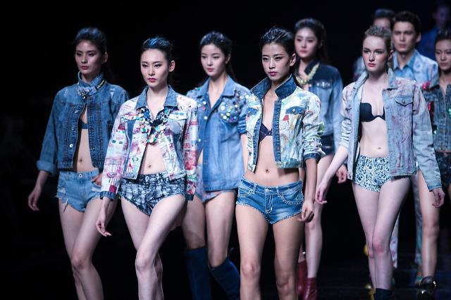 [영상중국] 중국 패션위크 개최 '올해 청·청 패션이 대세'