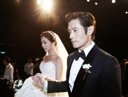 actress lee minjung wife of actor lee byunghun gives