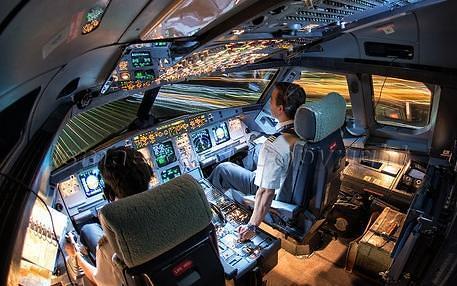 飞机驾驶舱须有2人