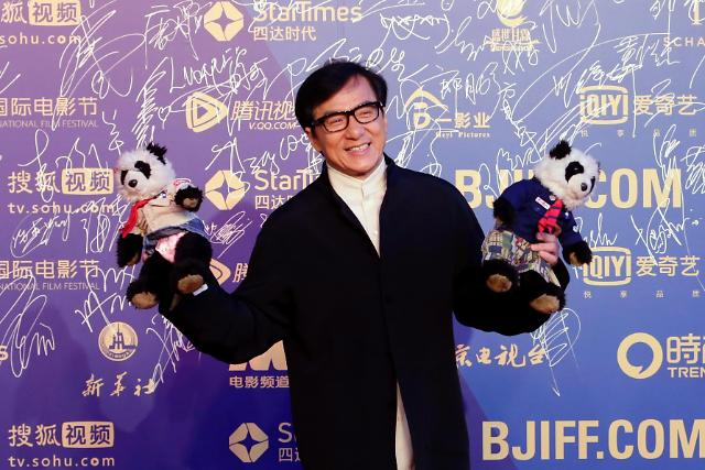 [영상중국] 베이징 국제영화제 폐막 참석한 성룡 '두 손엔 판다가…'