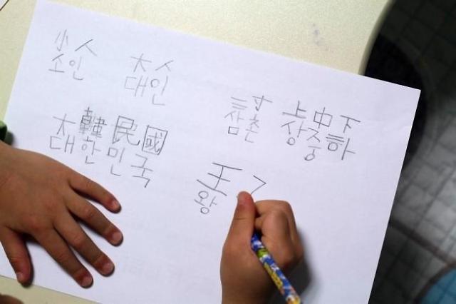 """从世界范围来看,汉语无疑是使用时间最久、空间最广、人数最多的文字之一。甲骨文、金文、大篆、小篆、隶书、草书、楷书和行书,这既是汉字的八种字体,同时又是汉字的演化过程。对于中国人来说,会说一口流利的汉语、能写一手漂亮的汉字,其实也是对中国优秀传统文化的继承。 但是在现实生活中,人们正在有意或无意地忽视甚至是轻视对汉语的学习。在小学、中学甚至是大学中,能书写出漂亮汉字、能写出文字和内涵都过得去的文章的学生确实可以用""""凤毛麟角""""来形容。大部分学生书写的汉字让人目不忍睹、撰写的文章句式语法"""