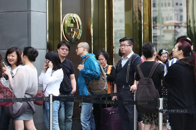 [영상중국] 구찌 최대 50% 할인행사에 중국인 '우르르'
