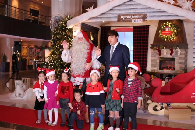 圣诞老人空降韩国华克山庄 携棒球手柳贤振预热北国风情