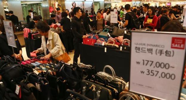 한국경제 마지막 버팀목 내수…'지갑을 열게 하라'