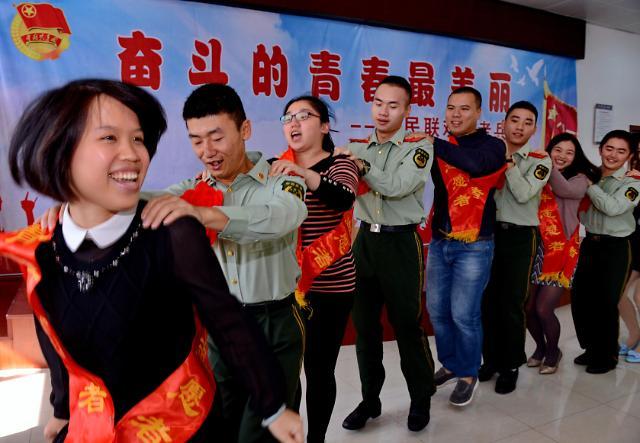 [영상중국] 군인들과 즐거운 기차놀이, '이러다 말뚝박기 하겠네'