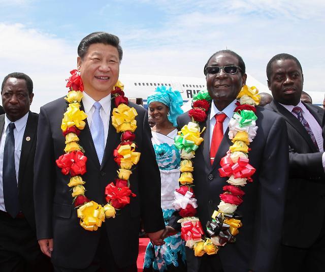 [영상중국] 시진핑 방문…91세 노구 이끌고 공항 마중나온 짐바브웨 대통령