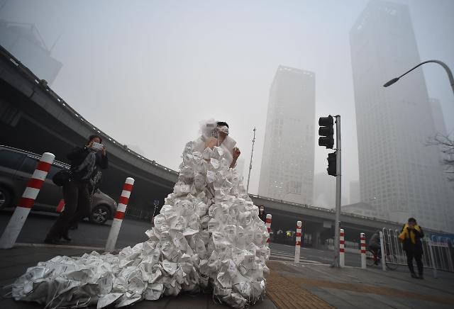 [영상중국] '못 참겠다 스모그', 마스크 웨딩드레스 입고 거리로
