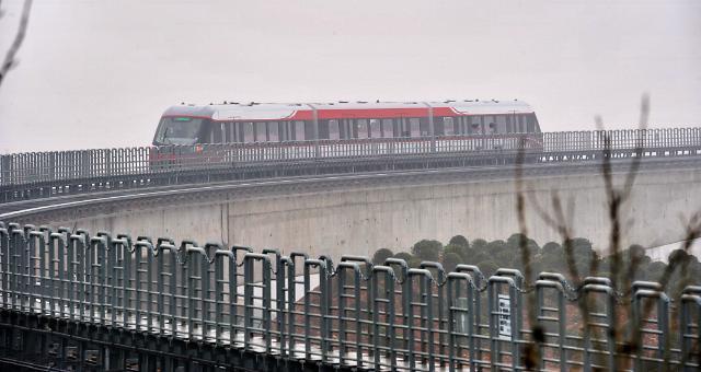 中国首列商用中低速磁浮线试行