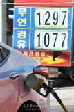 .Low oil price leads more S.Koreans to travel abroad, and buy larger cars.