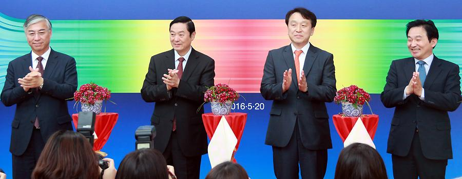 Chinas publicity chief attends photo exhibition on Jeju island