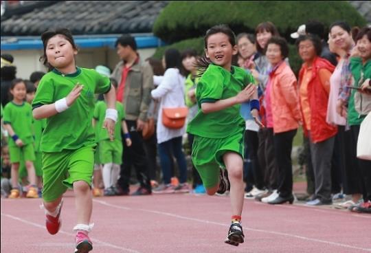 """韩国多所学校惊现""""毒跑道"""" 铅成分超标数十倍"""