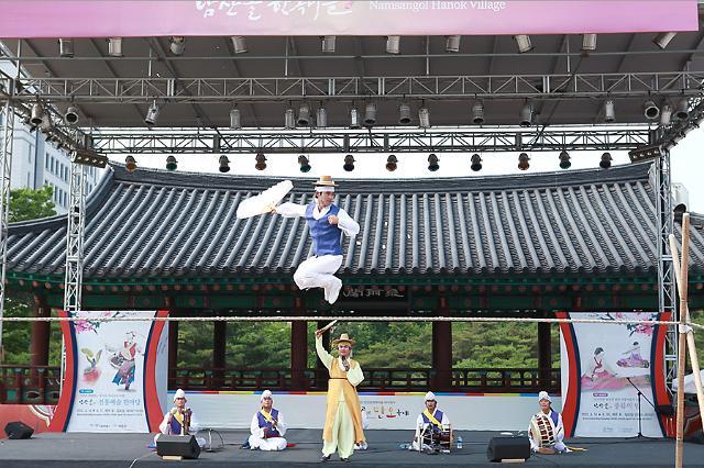 中国千名游客韩屋村共度端午