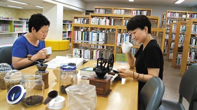 带你走进韩国首家咖啡主题图书馆   边闻书香边品咖啡