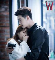 'W(더블유)' 이종석, 기절한 한효주 안고 진지 #성공한덕후연주 #예쁘게기절