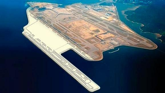 """三星物产2日宣布,香港机场公社招标的香港赤鱲角国际机场地盘改良工程由其承揽。 工程费用达3.4亿美元,三星物产占有的份额为整体的70%,即2.4亿美元,工程期限为20个月,预计将于2018年3月竣工。 此次工程是香港赤鱲角国际机场扩建的一期工程。为开展第三跑道工程,土地填埋前,首先改善海水下深约7米的海底地形。 以此次的新项目订单为基础,三星物产还将积极争取香港机场公社接下来顺次招标的香港赤鱲角国际机场第三跑道设施、第二航站楼扩建等后续工程订单。 三星物产相关人士评价称:""""在质量和安全管理规定"""