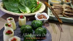 .[AJU VIDEO] Easy & quick recipe for Ssambap – rice ball wrapped in cabbage and kale.