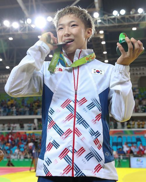 韩国男子射箭摘奥运首金 1金1银暂居奖牌榜第4