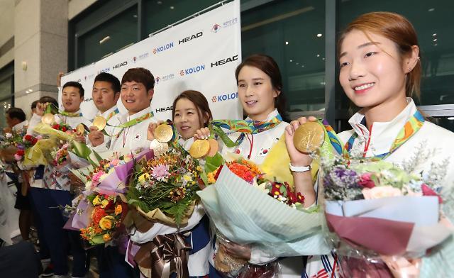 韩国射箭代表团满载而归 机场人山人海