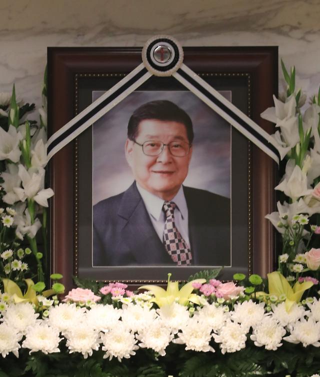 """享年90岁,韩国喜剧巨星具凤书27日宣告离世。其遗属方面解释称,具某因肺炎大概十天前住院,在接受治疗的过程中身体状况突然急剧恶化。遗属有夫人和四个儿子,出殡时间为29日早上6点。具凤书的墓地位于京畿南杨州市牡丹公园。 据悉,具凤书在1945年以乐剧团喜剧演员身份出道,之后与裴三龙、徐永春、郭圭锡等韩国喜剧演员们一起成为奠定电视喜剧的基础的第一代喜剧演员。他曾出演过400多部电影和980多个电视节目,""""哥哥先来,弟弟先来""""等的流行语也很受欢迎。 据韩国《东亚日报》报道,27日和28日"""