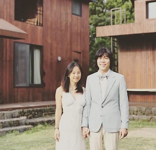 近日,韩国歌手李孝利的姐姐在网上发布了一张李孝利与李尚顺的结婚