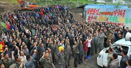.Hundreds dead or missing in floods along North Korean border river .