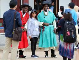 .身穿韩国传统服装的外国游客们.