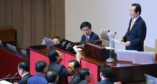 김재수 해임안, 국회 본회의 통과…與 보이콧