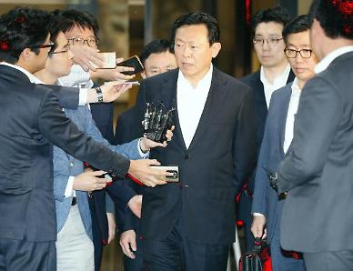.Prosecutors seek warrant to arrest Lotte Group chairman .