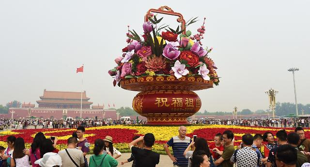 [영상중국] 국경절 앞두고, 中 톈안먼 광장에 거대한 '꽃바구니'