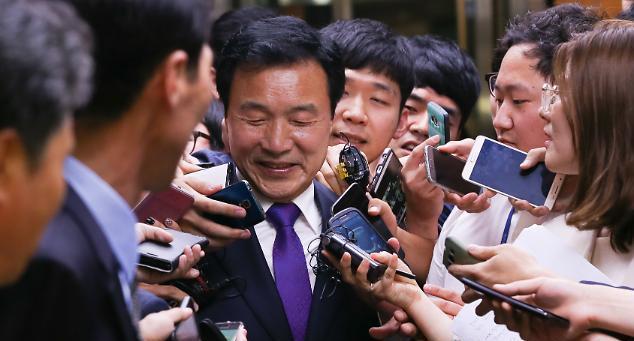 '제3지대론' 손학규, 정계복귀 동시에 탈당
