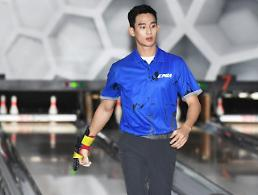 Actor Kim Soo-hyun passes first round of trials to become a professional bowler.