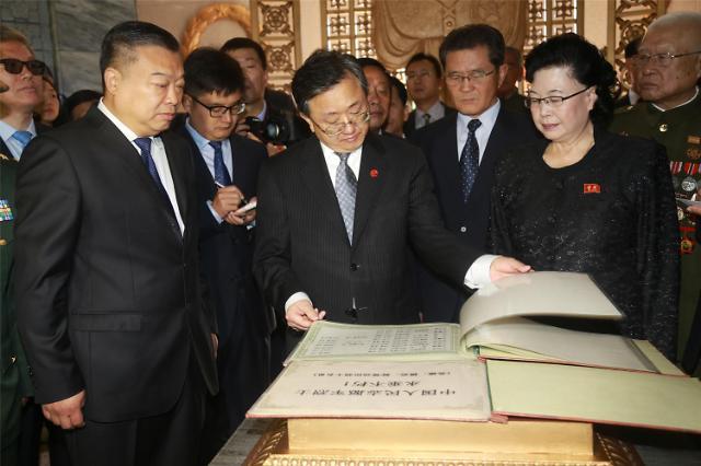 [영상중국] 북한 6·25참전 중국군 명단 보는 류전민 외교부 부부장