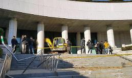 Earth digger on the rampage outside prosecutors office