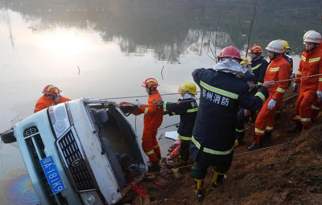 [영상중국] 호수로 추락한 버스...18명 사망