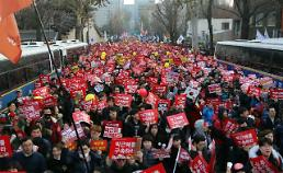[UPDATES] Angry citizens demanding Parks ouster march just outside presidents residence