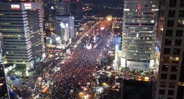 [6차 촛불집회]광화문광장 밝힌 '탄핵 촉구' 촛불