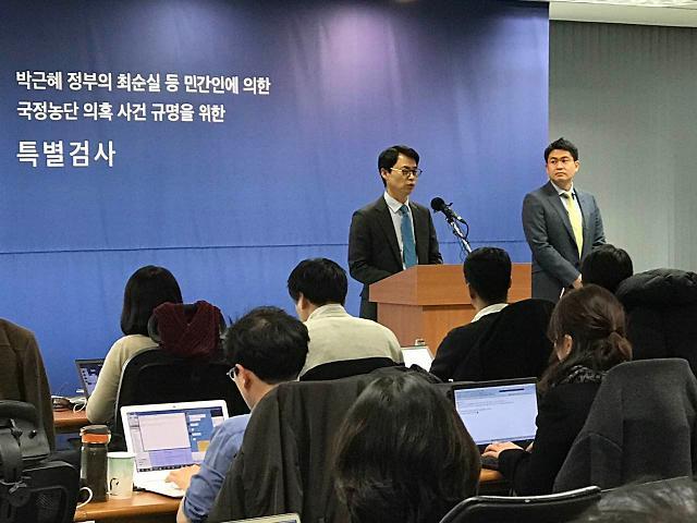 """记录报道韩国""""亲信门""""事件的幕后英雄——记者们的一天"""