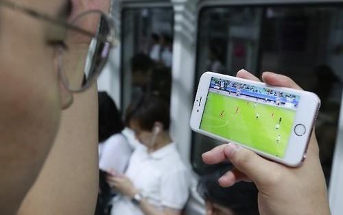 韩大众交通乘坐者智能手机使用率近9成