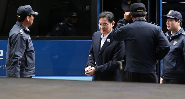 포승줄 묶인 이재용···한국 재계의 위기 상징