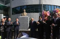부산시 서구청, 김구 선생 동상 제막식 열어