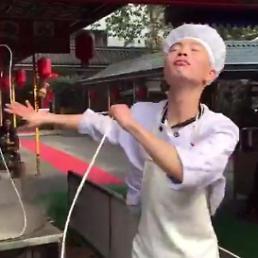 [아주동영상] 면과 함께 춤을, 중국 청년의 무아지경 춤사위