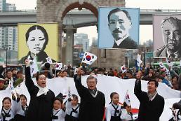 .市民自发举行活动纪念独立运动日.