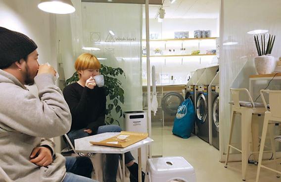 硬币洗衣店变身咖啡厅成韩国年轻人周末休闲新选择