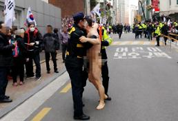 [PHOTO NEWS] Police stop naked protestor outside home of expelled president Park Geun-hye
