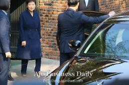Expelled president Park dragged into interrogation by prosecutors